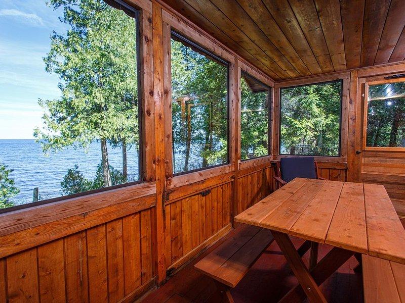 Go back in time to your Grandparent's cottage! Quaint Door County Cabin with sun, alquiler de vacaciones en Menominee