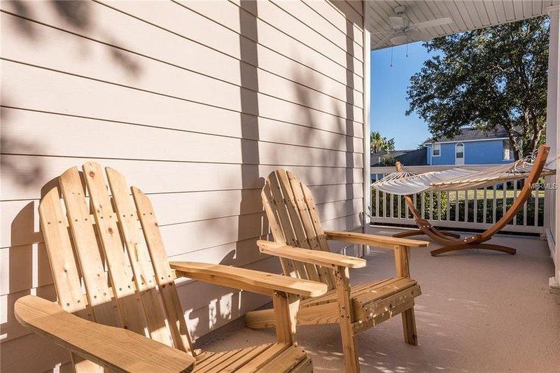 Tyst veranda för att njuta av utsikt över golfbanan
