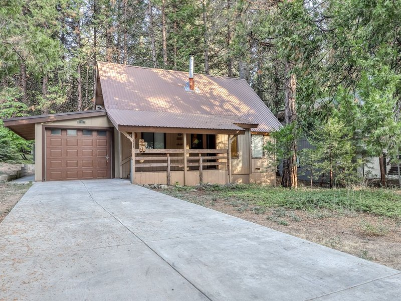 Woodsy home w/ a wood-burning stove, HDTV, only 2 miles from Shaver Lake Village, vacation rental in Shaver Lake
