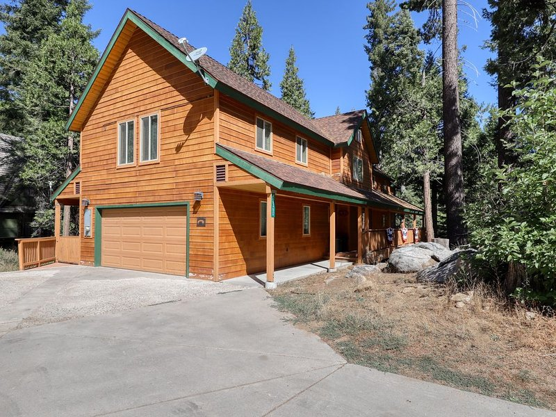 Spacious home w/ loads of indoor & outdoor entertainment - near lake & slopes!, casa vacanza a Shaver Lake
