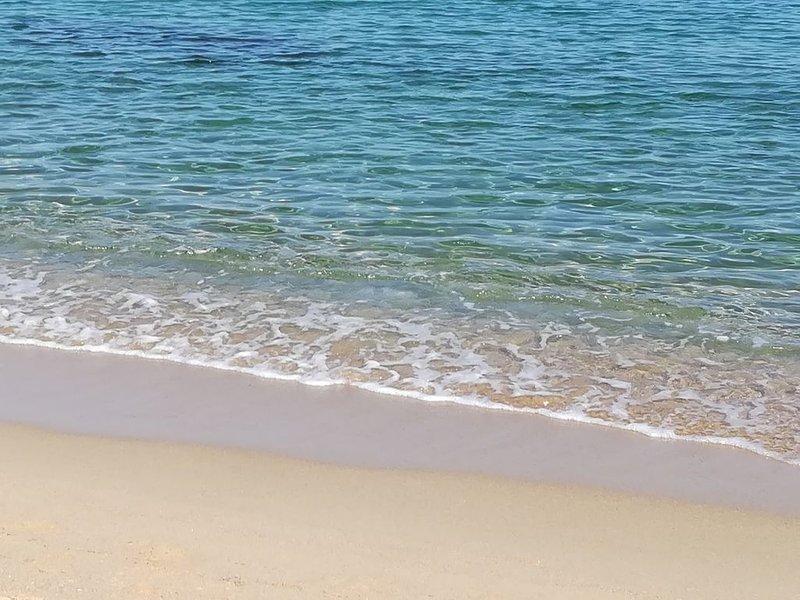 Appartamento 'WHITE & SWEET HOME' fronte mare con piscina, Ferienwohnung in Valledoria