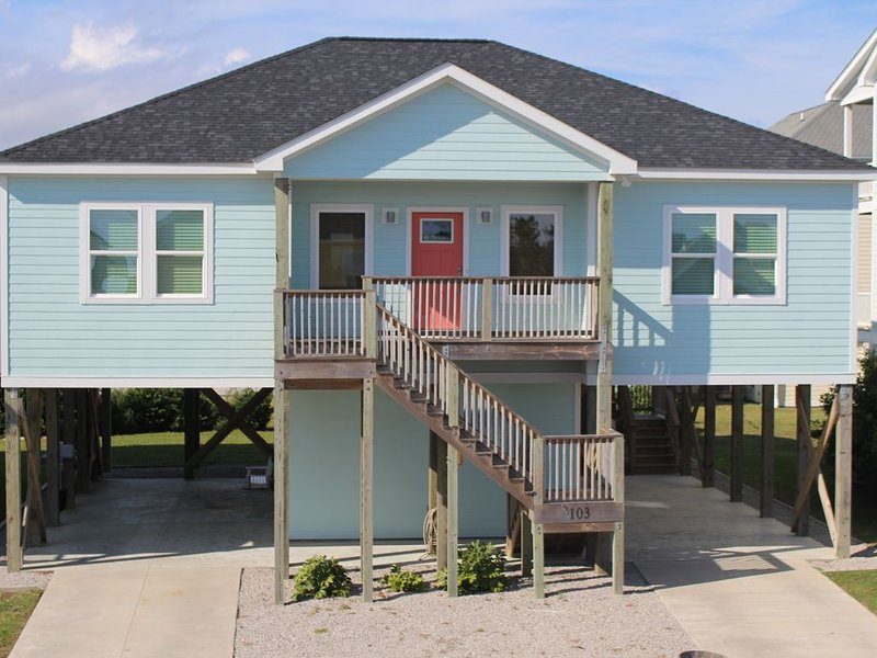 Walking Distant to Beach Access & Gorgeous Sound View w/ Marina Access, holiday rental in Morehead City