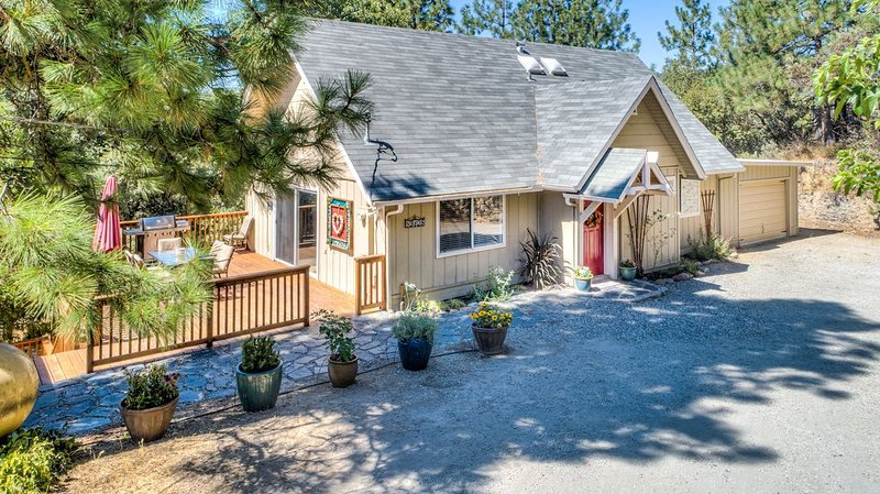 Stone's Throw Retreat - 13 Miles to Yosemite, holiday rental in Oakhurst