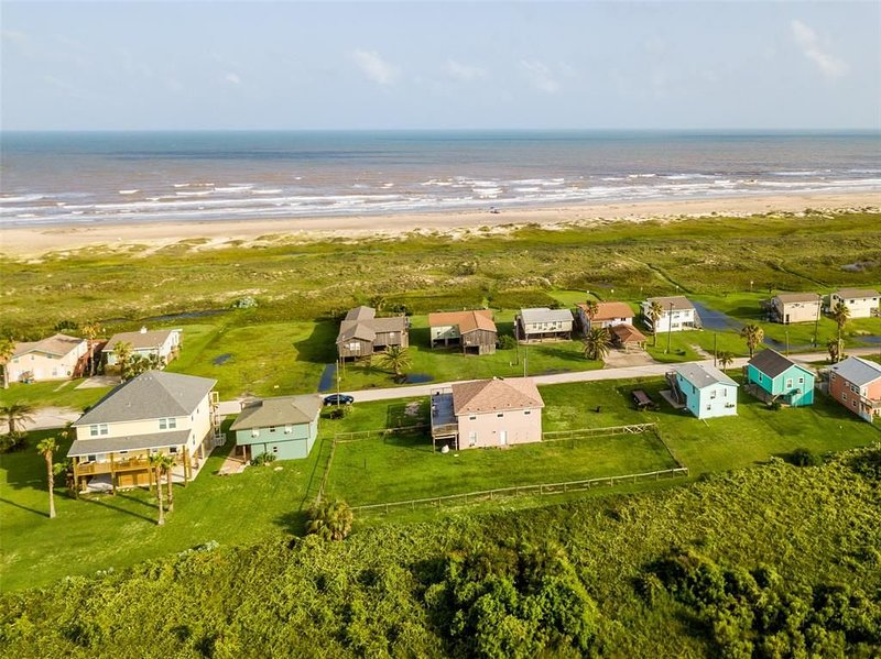 Relaxing Matagorda Beach Retreat  -  View the Gulf from the Deck and Sun Porch, location de vacances à Palacios