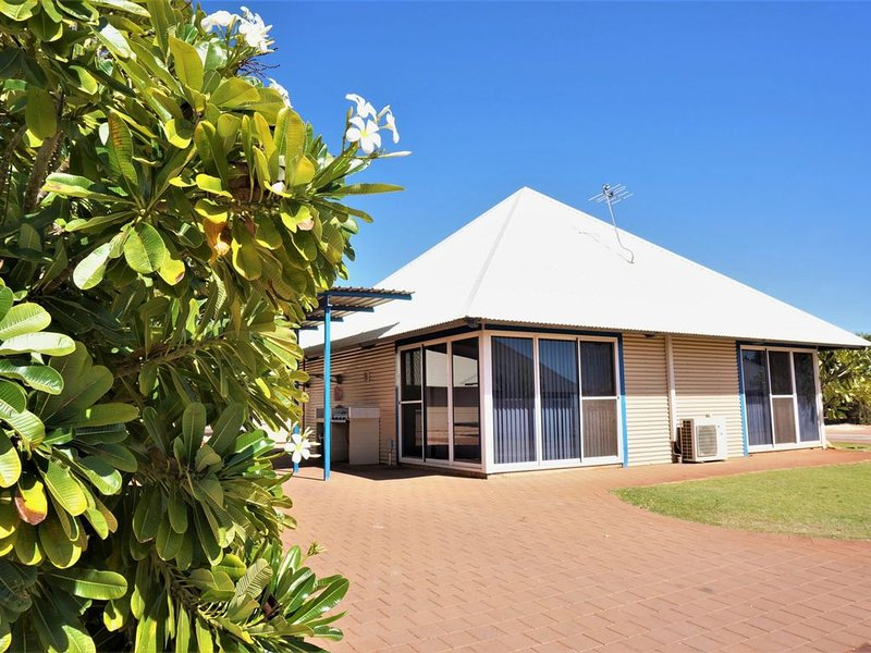 Colourful 3 Bedroom Holiday Villa with a Pool in the Complex, holiday rental in Exmouth