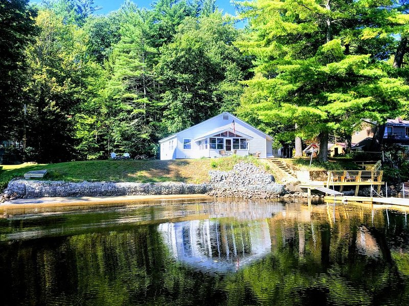 Three Hurricanes Landing - 2 Bedroom Cottage on the Beautiful Hudson River, holiday rental in Hadley