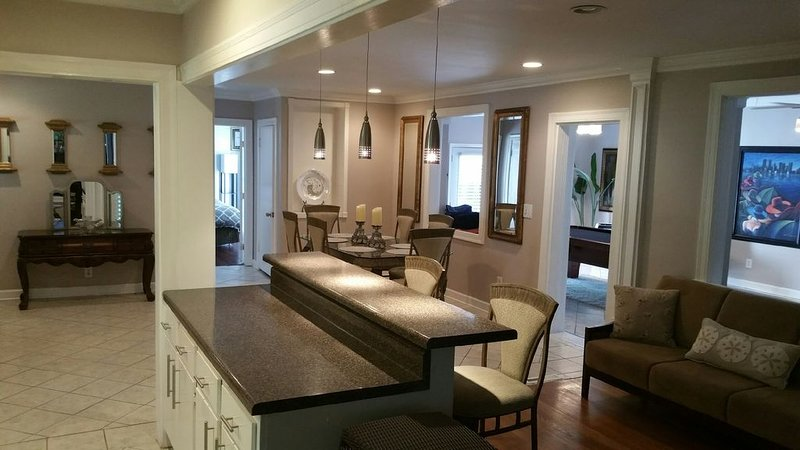The Beverly Hills of Nashville, Green Hills home close to it all with no stairs, vacation rental in Nashville