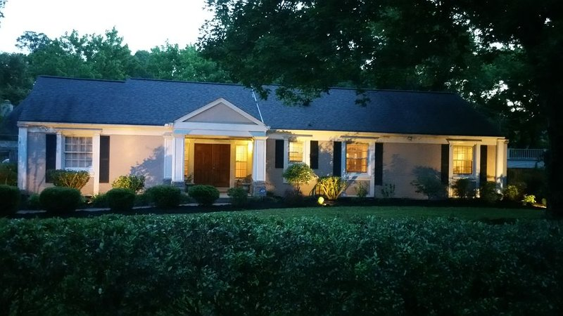 The Beverly Hills of Nashville, Green Hills home close to it all with no stairs, location de vacances à Brentwood