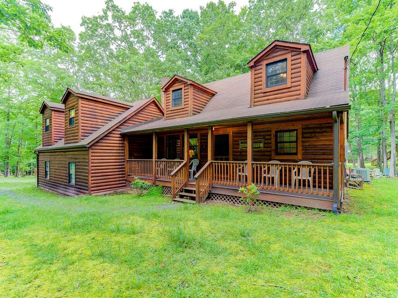 Cozy cabin w/ hot tub, lake access, screened porch, & firepit, holiday rental in Swanton