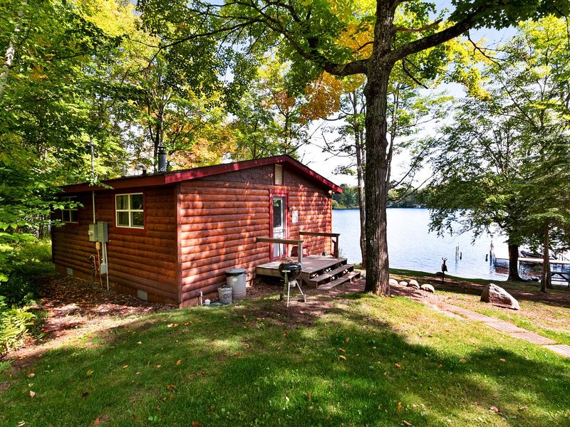 New listing! Lakefront cabin w/ wooden touches & incredible water views, location de vacances à Presque Isle