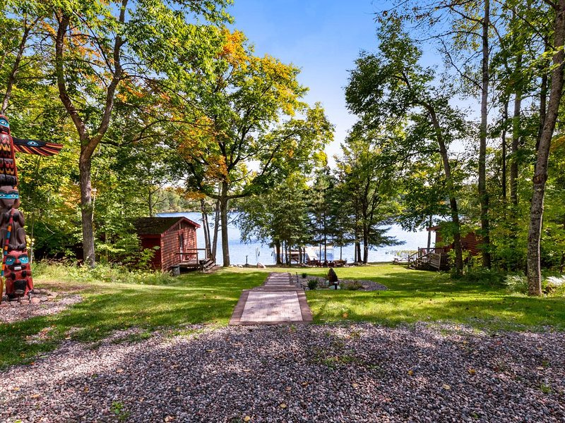 Two separate family-friendly lakefront cabins w/ dock and firepit!, location de vacances à Presque Isle