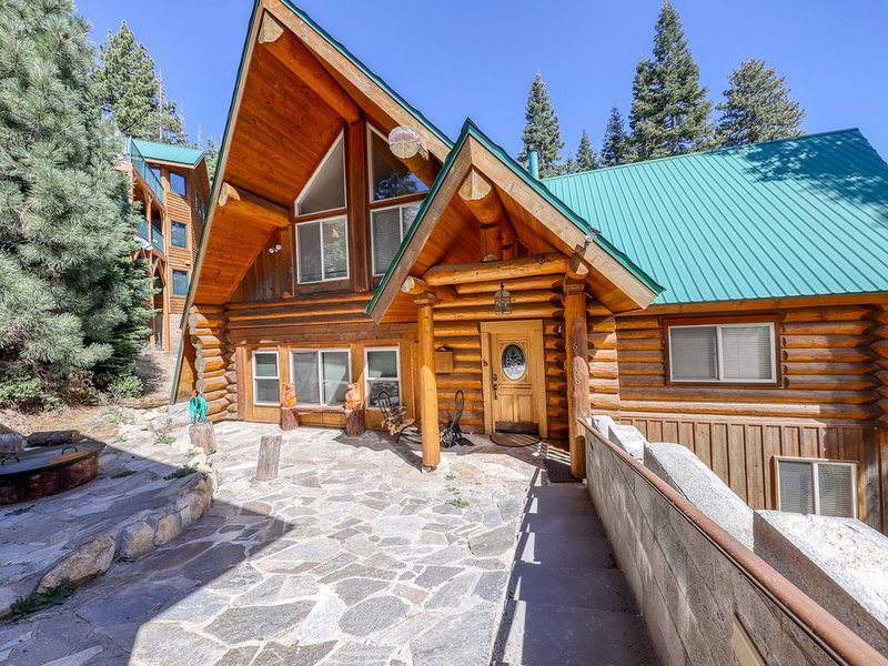 Family-sized cabin with deck, close to Huntington Lake and China Peak!, alquiler de vacaciones en Lakeshore