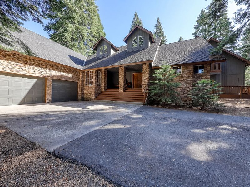 Large, Secluded Getaway in the Woods with Loft, Deck, and Private Hot Tub, alquiler de vacaciones en Shaver Lake