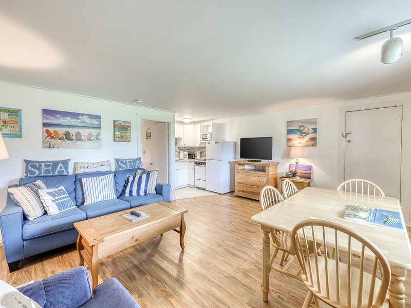 Cozy condo near the beach with shared pool, tennis, grills, and more!, holiday rental in Oak Bluffs