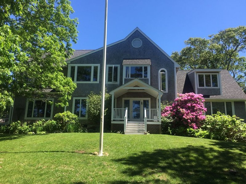 A lovely Vineyard home, with sweeping views of the water., alquiler vacacional en Vineyard Haven