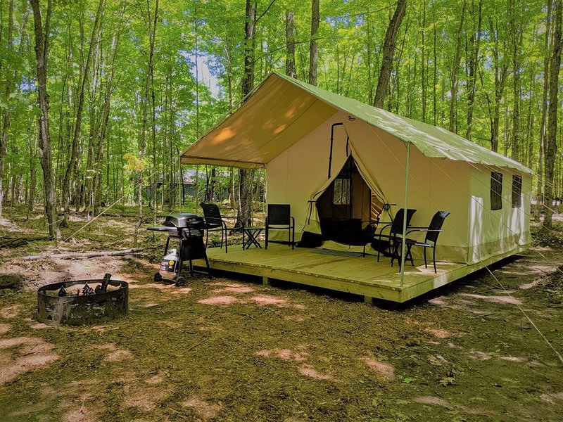 Luxury Tent #11 (A-Frame Style) - POV Resort Campgrounds - Luxury Tent #11 (A-Fr, vacation rental in Land O' Lakes