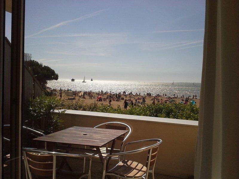 Appartement lumineux  avec vue sur la plage à 20 mètres La Rochelle Les Minimes, vacation rental in La Rochelle