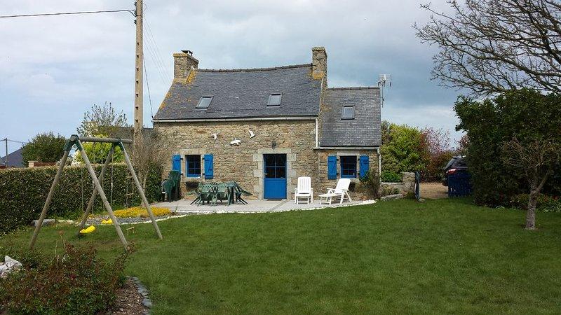 Maison typique  Bretonne rénovée à 1.2 m de la mer, holiday rental in Plougoulm