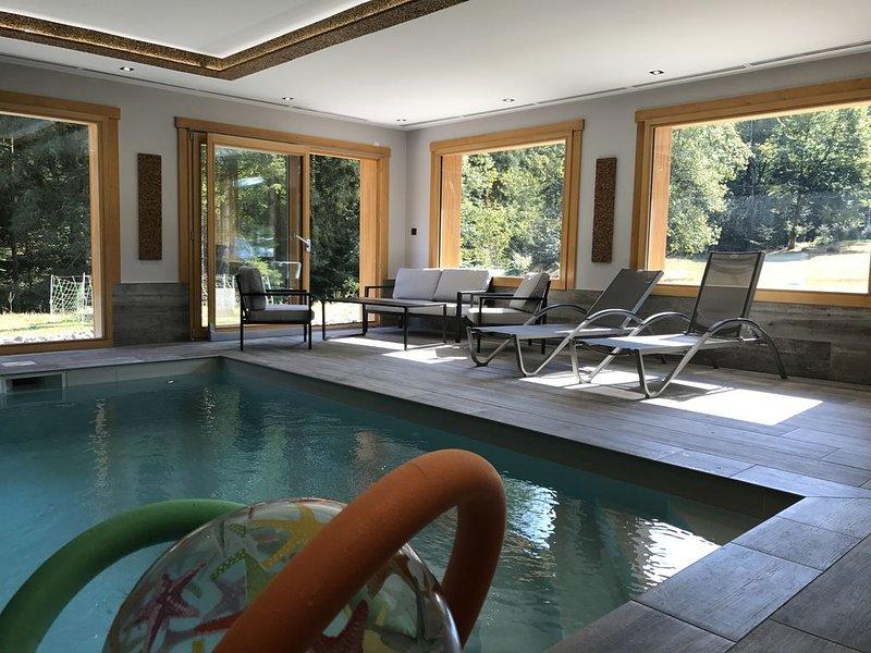 Chalet avec piscine privée intérieur & sauna dans écrin de nature proche ski, holiday rental in Corravillers