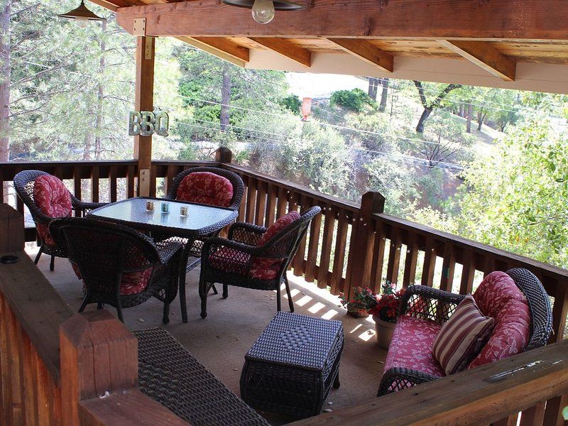 Dog friendly Lake Retreat w/ 2 Master Suites,  Yosemite only 23 miles away, holiday rental in Dogtown