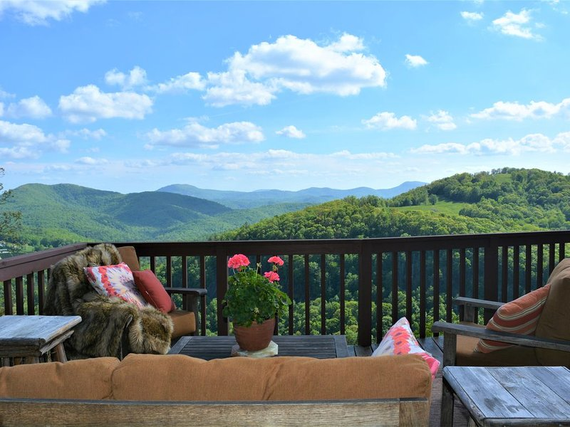 Majestic mountain views. Secluded, and just 15 Minutes from the Lake!, location de vacances à Jackson County