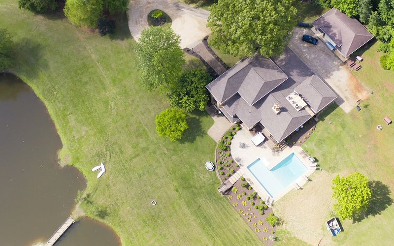 Ivy Springs Retreat. Private Lake,  pool, hot tub. Minutes from town & vineyards, Ferienwohnung in Crozet