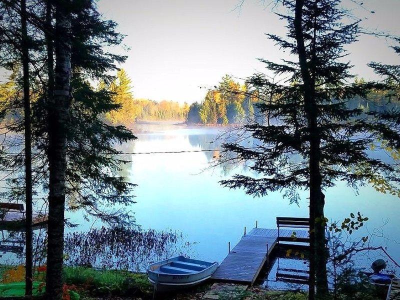 Vista no início do outono pela manhã a partir da sua cabine e com o seu cais privado e barco a remo