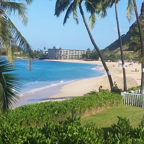Oceanside Bungalow on beautiful Makaha Beach. Great surfing and snorkeling, location de vacances à Waianae