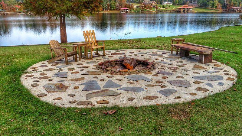Private Lake House with 4 acres-boat house-fire pit-sleeps 12, holiday rental in Milam