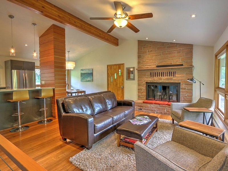 Mid Century Home with a Modern Twist in Downtown. Proximate to Everything w/AC!, holiday rental in Glenwood Springs