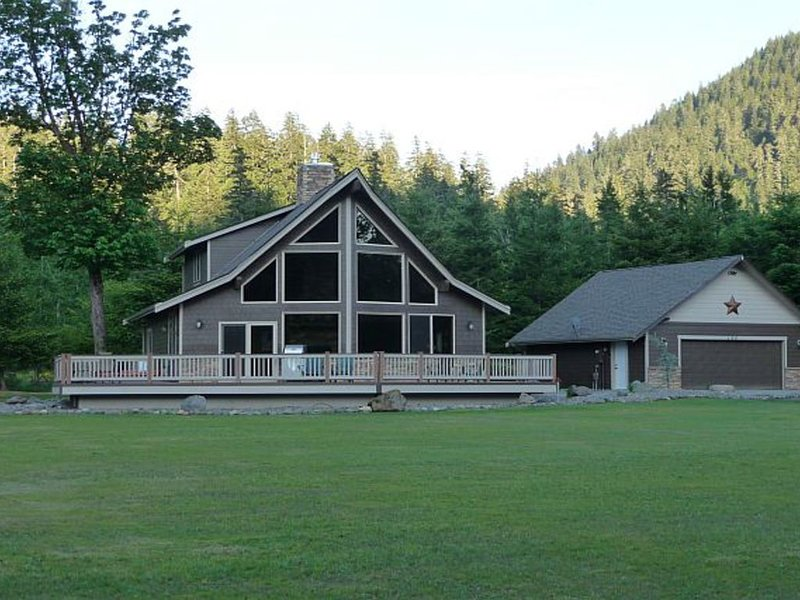 Luxury Cabin, Perfect Getaway to Relax or Explore the Outdoors, holiday rental in Packwood