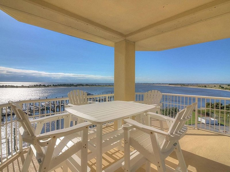 Luxury Waterfront Condo With Spectacular Sunrise And Sunset Views, holiday rental in Beaufort