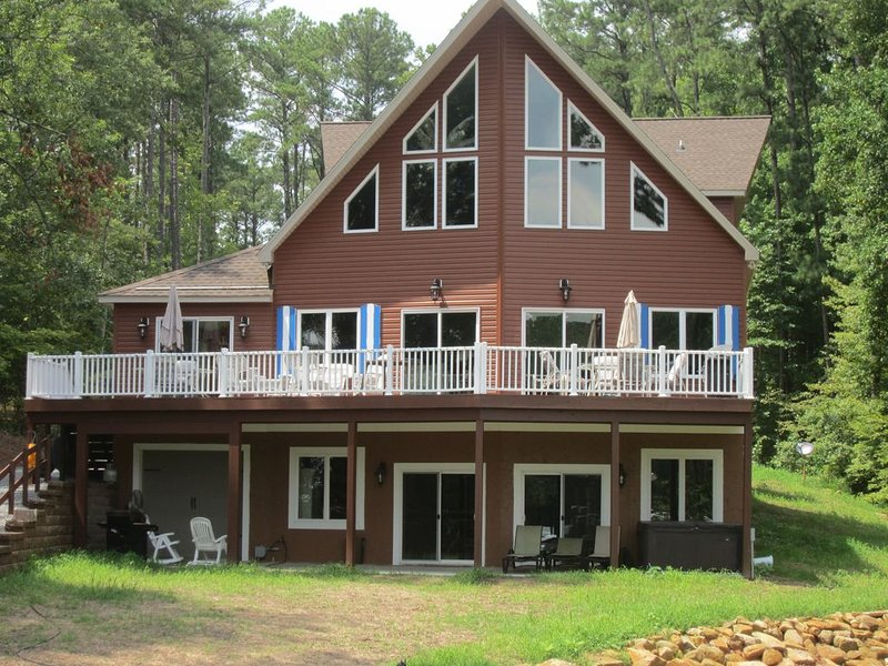 7500 sqft, 20+Beds  Boathouse/Kayaks/Paddle boards. Pets Welcome!, vacation rental in Gaston