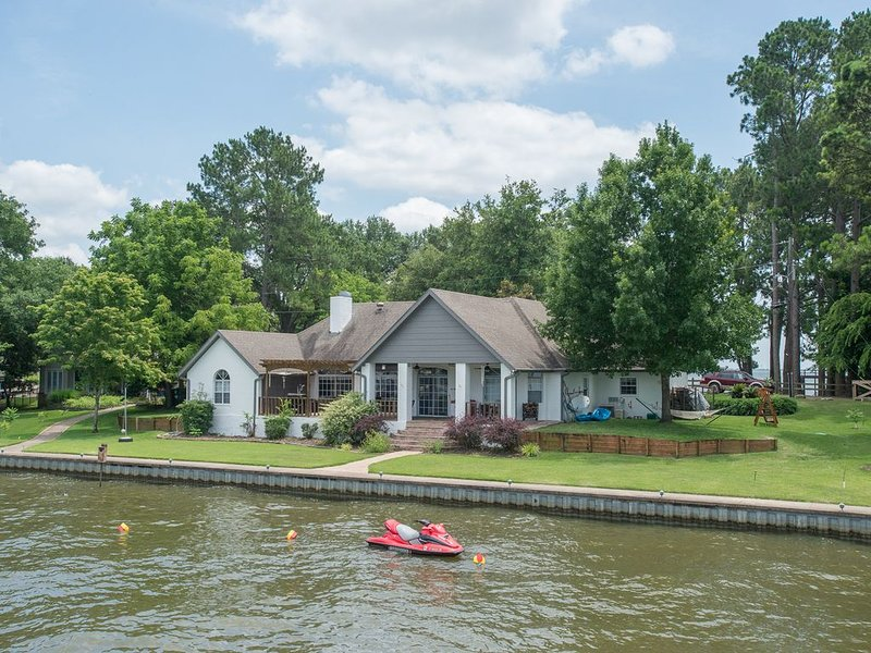 Beautiful Property with the Best Sunsets on Cedar Creek Lake, holiday rental in Eustace