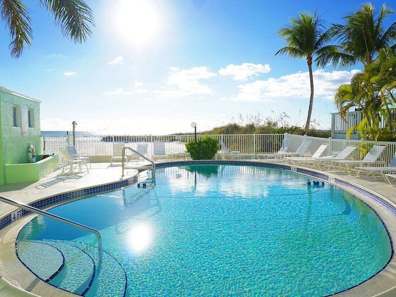 Cute 2BR/2BA Beachside Condominium on the Quiet North End, location de vacances à Fort Myers Beach