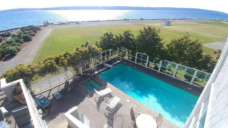 Winter = cozy wood stove, hot tub! Summer = pool, kayaks, SUPs!  Walk to 2 parks, vacation rental in Camano Island