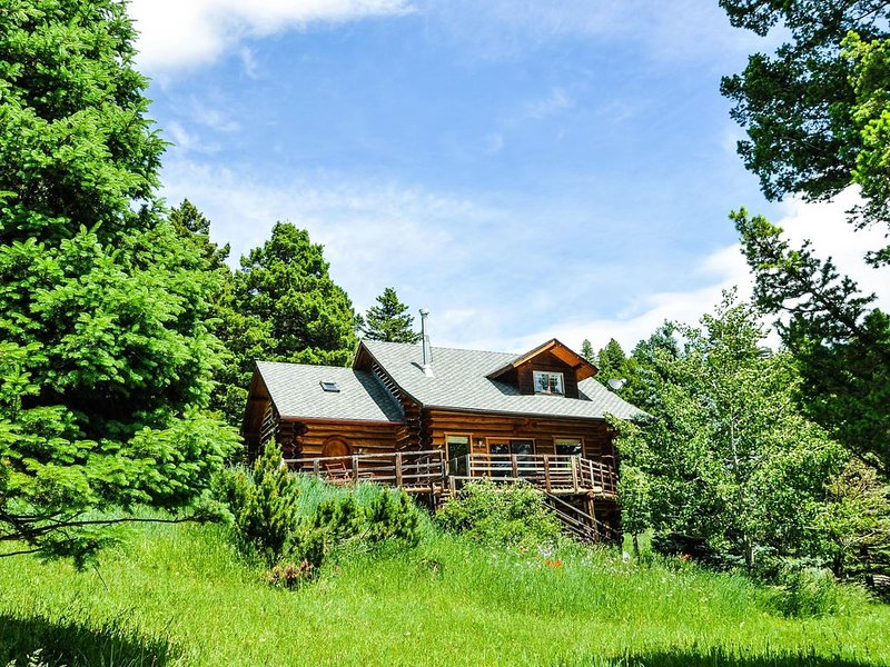 Mountain Log Home Nearby Historic Downtown Bozeman & Bridger Bowl Ski Area, holiday rental in Wilsall