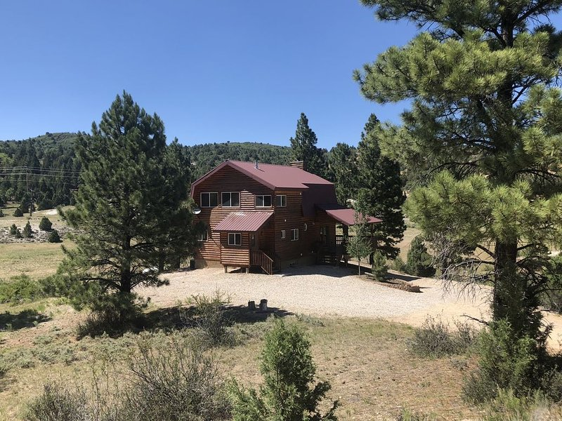 Luxury 4 BR Mountain Home - 35 min to Bryce or Zion - 3 Acres, casa vacanza a Hatch