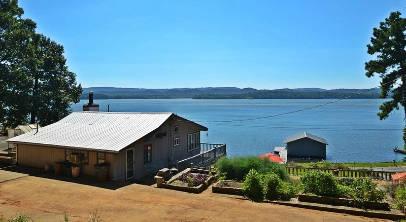 Life on the Lake in Comfortable House with pier & boathouse with two boat lifts, holiday rental in Grant