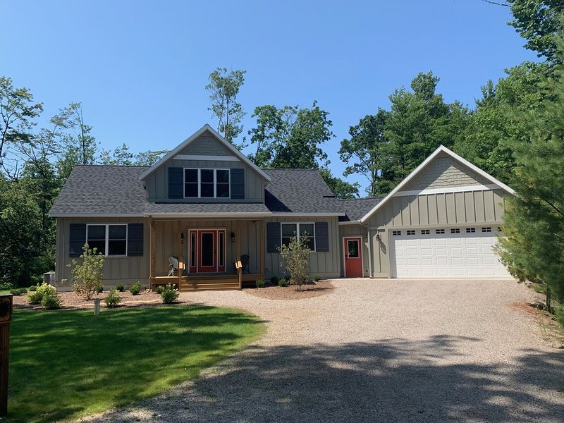 New! Glen Arbor, walk to town, theater, pool table, 60 game arcade, vakantiewoning in Leelanau County
