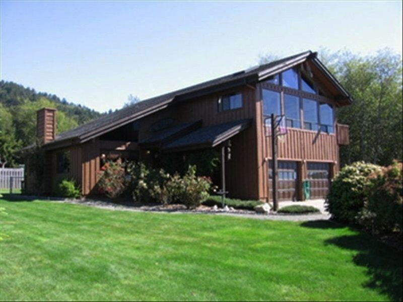 Winchuck River Lodge: family friendly space , hot tub, loft, yard, beach access, vacation rental in Brookings