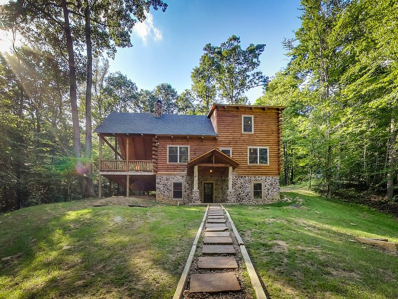 Beautiful 5 bedroom lodge on 17 acres. Close to activities and dining!, location de vacances à Sugar Grove