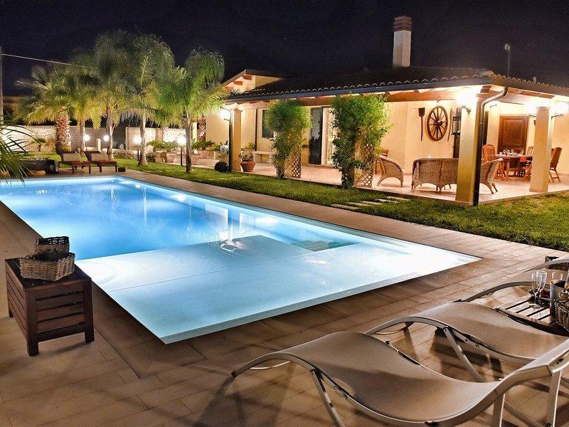 Incantevole villa a soli 300 metri dalla spiaggia, con piscina, giardino, verand, alquiler vacacional en Ispica