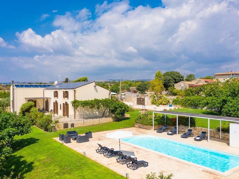 Villa Palazzola: Large Private Pool, Sea Views, A/C, WiFi, vacation rental in Scicli