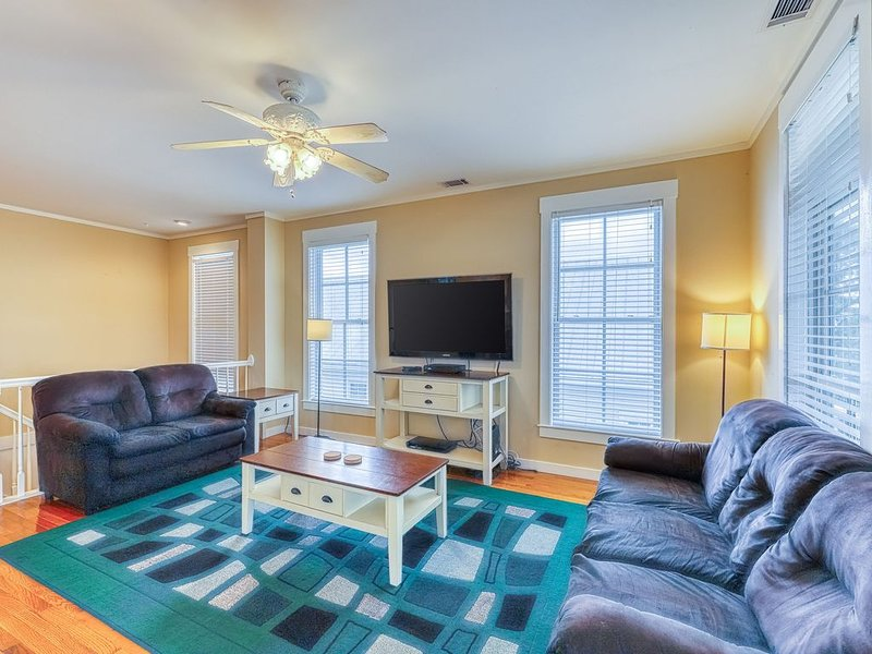 Spacious home only a half mile from North Beach w/ shopping & dining nearby!, location de vacances à Wilmington Island
