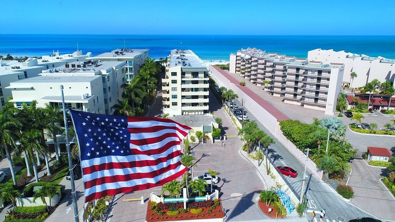 Condo 202 Vacation In Paradise in this beautiful 2BRs 2Baths home away from home, casa vacanza a Gulf Gate Estates
