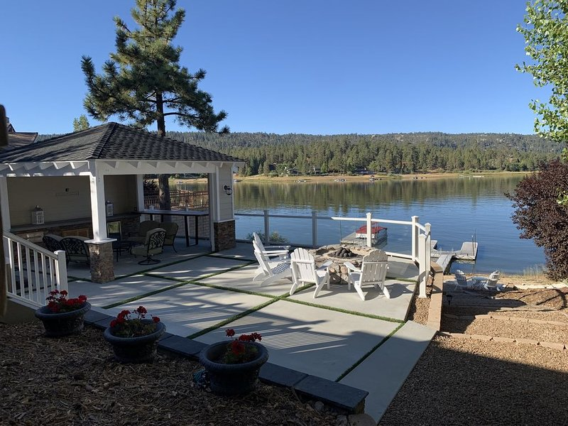 Lake Front Home on Metcalf Bay, Sunset Views, Private Deep Water Dock from $295, alquiler de vacaciones en Big Bear Region