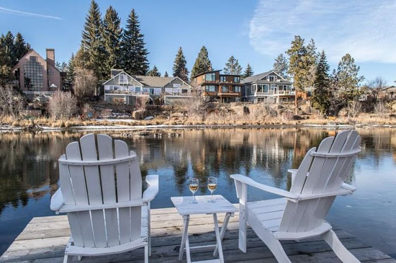 LOCATION, LOCATION!  Upper Mirror Pond, Close to Downtown, holiday rental in Bend
