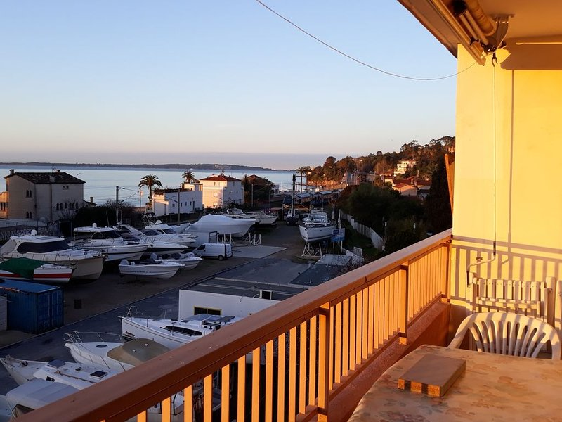GULF JUAN, 150 m beach, rents F2 43m2, 13 m2 terrace with sea view + garage, holiday rental in Vallauris