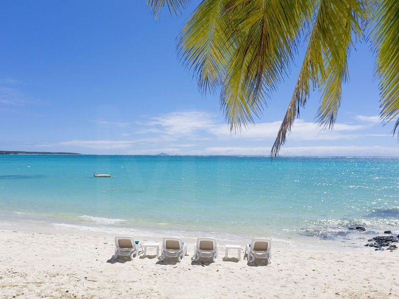 Villa Eva, sable blanc, bain turquoise, femme de menage qui cuisine le midi, vacation rental in Pointe de Flacq